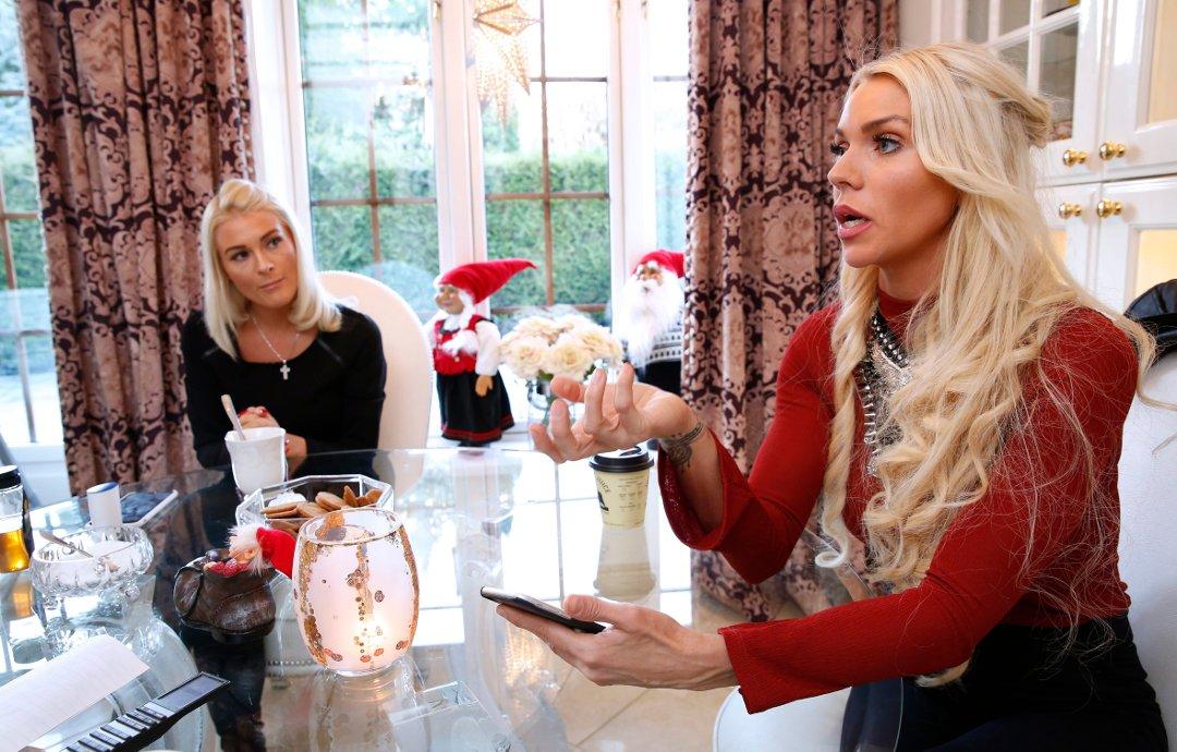 Engasjerte ved kjøkkenbordet på nesøya: Kristine og Maria vet at de selv sitter svært godt i det, men vil ikke bli stemplet som hjerteløse av den grunn. ? Mennesker burde bli flinkere til å gjøre en forskjell selv, og ikke bare sitte å spytte ut spydige og uintelligente kommentarer, sier de. begge foto: knut bjerke