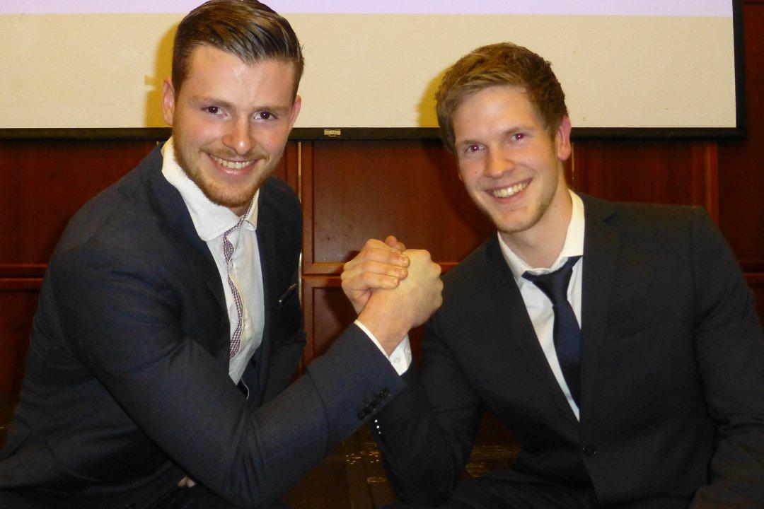 Gøran Standal (t.v.) og Espen Vasseth delte førsteplassen i tevlinga om å verte «Årets lærling» i bygg- og anleggsbransjen på Vestlandet i 2015.