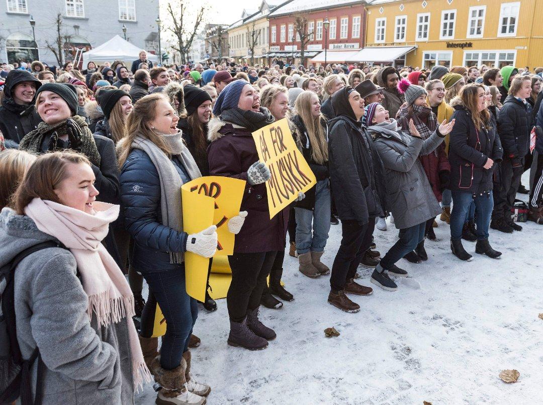 Aksjon på Søndre torg mot nedlegging av musikk- (MUA), media- og idrettslinja i Hønefoss.