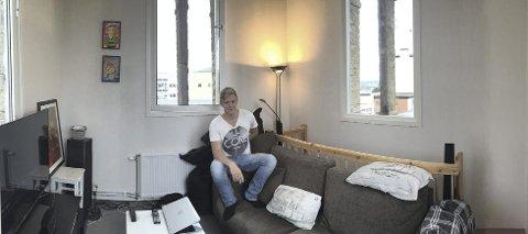Anders Hansen har laget seg en skikkelig guttestue i toppen av tårnet sitt. Han har utsikt over Hamar og Mjøsa på alle kanter.