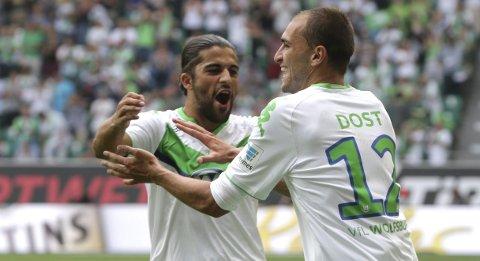 Bas Dost og Ricardo Rodriguez jubler etter å ha scoret mot Eintracht Frankfurt. Vår oddstipper tror Wolfsburg-spillerne får mer å juble for søndag.