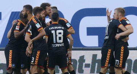 Karlsruhers Rouwen Hennings (t.h.) jubler etter å ha gitt laget ledelsen i kvalikkampen mot Hamburger SV.  Foto: Reuters