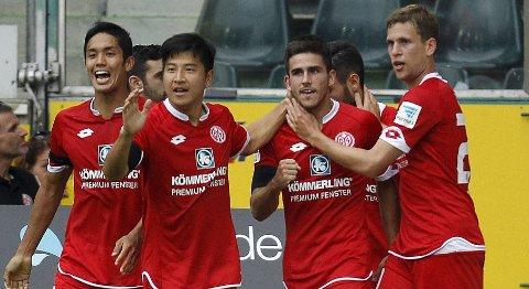 Mainz 05s Yoshinori Muto, Park Joo-ho Park, Jairo Samperio og Fabian Frei jubler etter en scoring mot M'gladbach. Vi tror de får mer å juble for i kveld.