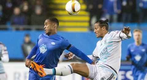Moldes Ola Williams Kamara (t.v.) og og Bruno Alves i Europaliga-kampen mellom Molde og Fenerbahce på Aker Stadion.