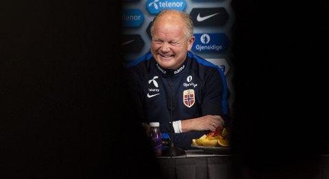 Landslagssjef Per-Mathias Høgmo må spare spillere i privatlandskampen mot Sverige. Det tror vi vil få konsekvenser for resultatet.  Foto: Fredrik Varfjell / NTB scanpix