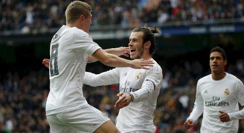 Real Madrids Gareth Bale feirer scoringen sin mot Sporting Gijon sammen med lagkameraten Toni Kroos (t.v.). Vår tipper mener de får mer å feire søndag.