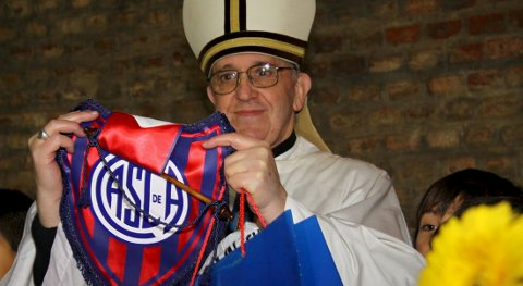 Pave Frans, som egentlig heter Jorge Bergoglio, er San Lorenzo-supporter.  Foto: REUTERS/San Lorenzo soccer club/Handout (ARGENTINA - Tags: RELIGION SPORT SOCCER) ATTENTION EDITORS - THIS IMAGE WAS PROVIDED BY A THIRD PARTY. FOR EDITORIAL USE ONLY. NOT FOR SALE FOR MARKETING OR ADVERTISING CAMPAIGNS. THIS PICTURE IS DISTRIBUTED EXACTLY AS RECEIVED BY REUTERS, AS A SERVICE TO CLIENTS