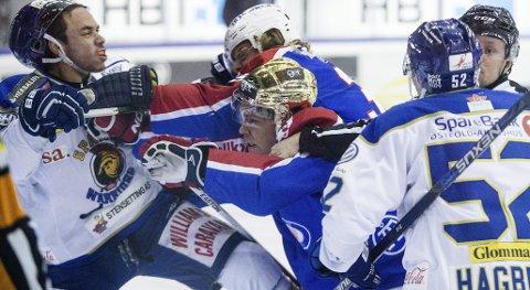 Sparta Sarpsborgs Mikaël Tam (t.v.) i slåsskamp med blant andre Vålerengas Martin Laumann Ylven (bak) under eliteseriekampen i ishockey mellom Vålerenga og Sparta Sarpsborg på Jordal Amfi i Oslo.