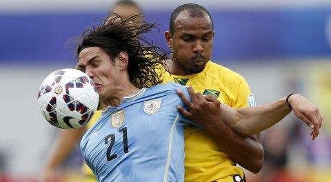 Den tidligere Brann-spilleren Rodolph Austin og Jamaica tapte 0-1 mot Edison Cavani og Uruguay i åpningskampen i Copa America. Nå skal Uruguay møte gruppefavoritt Argentina. Foto: Reuters