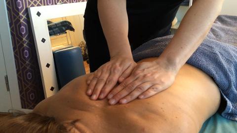 OPPVARMING: Bruk håndflatene til å stryke musklene i et rolig tempo, mot hjertet. Dette grepet løser opp musklene.