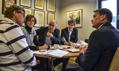UTSENDT AV STATSMINISTEREN: – Vi er på lytteturné. Bakgrunnen er selvfølgelig lav oljepris og økende ledighet, sier stortingsrepresentant Svein Flåtten (i midten). Her lytter han på ekteparet Johnny og Anna Furhoff Jensen. Til høyre ordfører Bjørn Ole Gleditsch (H) og stortingsrepresentant Kårstein Eidem Løvaas (H).