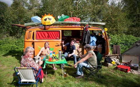 PEACE AND LOVE: Camping – helst i tidsriktige vogner – er en essensiell del av festivalopplevelsen for mange.