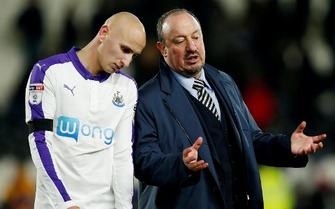 "Britain Football Soccer - Hull City v Newcastle United - EFL Cup Quarter Final - The Kingston Communications Stadium - 29/11/16 Newcastle United manager Rafael Benitez with Jonjo Shelvey at the end of the match  Reuters / Andrew Yates Livepic EDITORIAL USE ONLY. No use with unauthorized audio, video, data, fixture lists, club/league logos or ""live"" services. Online in-match use limited to 45 images, no video emulation. No use in betting, games or single club/league/player publications. Please contact your account representative for further details."