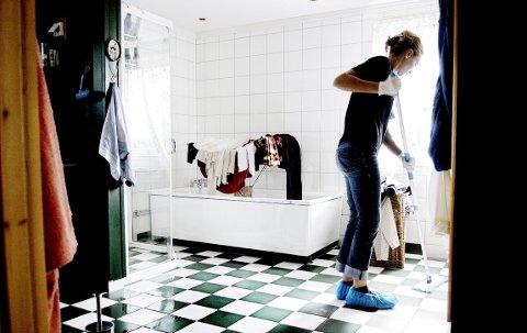 Rengjøring av kjøkken og bad inngår i de hverdagslige rutinene i huset.