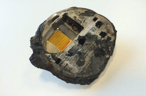 Det er bare en klump igjen av røykvarsleren som sto i gangen rett utenfor et soverom. Den manglet batteri.