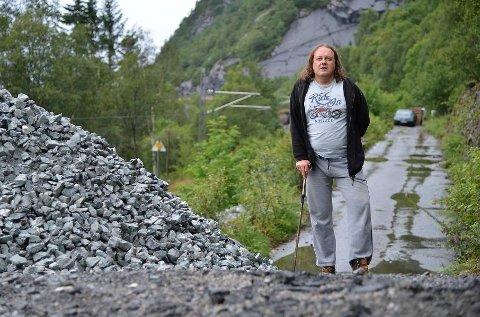 Frode Thaule har fått veien sperret av Jernbaneverket.
