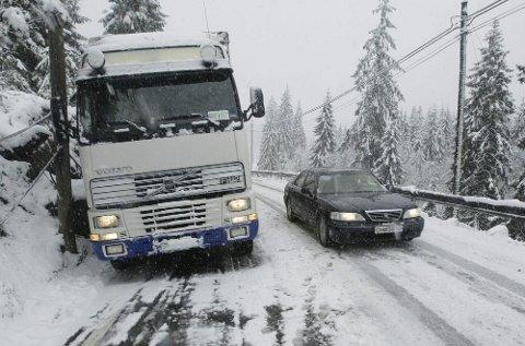 Bilder av lastebiler i grøfta er en gjenganger i landets lokalaviser.