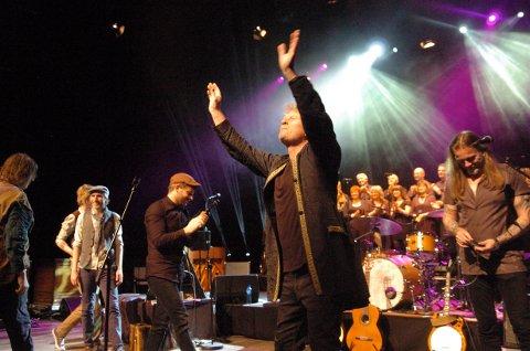 En fornøyd Øyvind Staveland hyller publikum etter endt konsert.