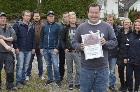 Cato Antonsen var både glad og rørt da han fikk gaven fra sine åpenbart svært mange venner.