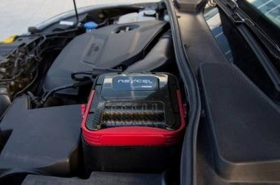 Det ligner litt på et bilbatteri, men denne kassetten inneholder noe ganske annet  - nemlig olje og oljefilter.