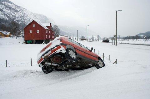 Uvante veier og stress bidrar til at det går galt i juletrafikken.