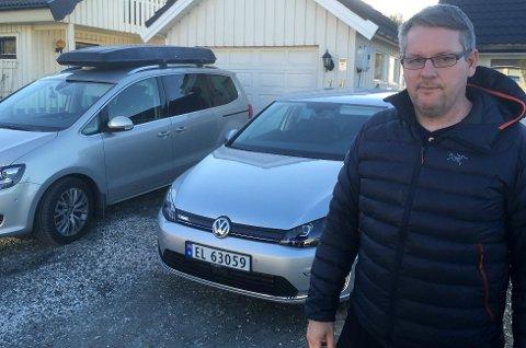 John Inge Mikalsen hevder det er mange fordeler ved å bruke el-bil, som hans egen e-Golf, framfor hans ett år gamle VW Sharan som går på diesel.