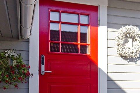 Med en farge på døren som skiller seg fra den øvrige fasaden, får gjestene en fargerik velkomst. (Foto: Chera Westman, ifi.no/ANB)