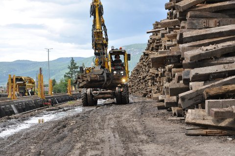 TIL DESTRUKSJON: I Stor-Elvdal lå tusenvis av sviller fra Rørosbanen klare for å bli sendt til destruksjon. (Foto: Sigbjørn Kristiansen)