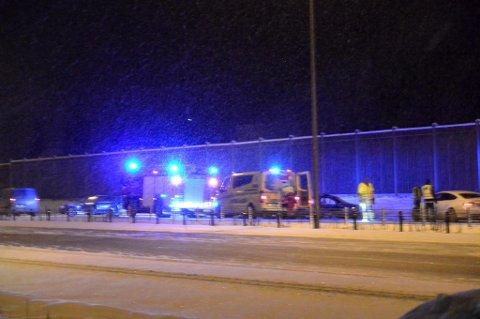 ÉN DØD, TO SKADET: Politiet opplyser at en mann er bekreftet omkommet etter ulykken på E6 ved Kløfta natt til søndag. FOTO: MARIO LINNERUD