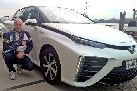 Brooms Lord Arnstein Landsem er akkurat nå i Tyskland og tester en bil som kan bli uhyre viktig i årene framover. Vi snakker Toyota Mirai, spydspissen i Toyotas store satsing på hydrogenbiler.