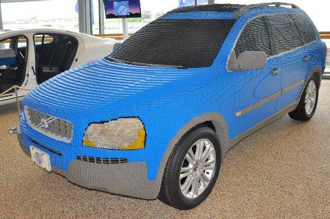 Hvis du synes de vanlige Lego-settene blir for enkle, da kan du forsøke deg på noe som dette. Det er brukt over 200.000 Lego-klosser for å lage denne bilen.