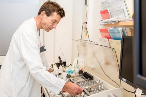 Overlege Haakon Arnesen ved St. Olavs Hospital i Trondheim tilhører den yrkesgruppen som har høyest status blant nordmenn.