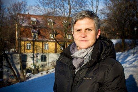 Malefaget er et håndverk som krever spesiell kompetanse, mener seniorrådgiver Sophie Gjesdahl Noach i Norsk Kulturminnefond. (Foto: Rolf Magnus W. Sæther, Newswire/ANB)