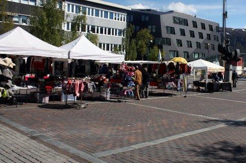 Hver sommer kommer det mange torgselgere til norske byer. Nå vil skatteetaten kontrollere om de driver lovlig. Bildet er tatt på Stortorget i Tromsø.
