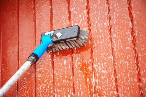 Husveggen bør uansett vaskes med jevne mellomrom, men før maling skal den alltid rengjøres med et kraftig rengjøringsmiddel.