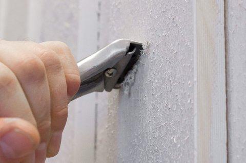 Underlaget må være rent, fast og tørt. Er det løs maling på veggen, må denne vekk ved hjelp av en skrape.
