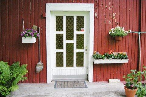 Ikke trekk for gardinene eller la blomstene stå og visne i vinduskarmen.