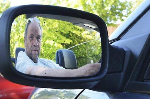 Bjørn Hanssen har vært kjøreskolelærer i mange år og sier at de som har hatt førerkort en god stund bør friske opp sine kunnskaper. Det er langt fra noe nederlag å gå på kurs, mener han.