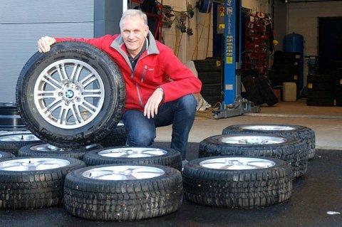 Brooms bilekspert Benny Christensen er blant dem som sterkt fraråder å bruke piggfrie vinterdekk på sommeren.