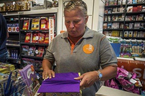 Mimmis Kristiansen selger mye elastisk bokbind om dagen.