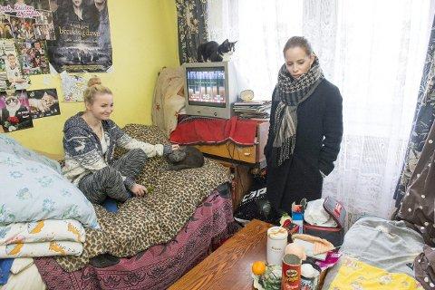 BESØK: Christine Guldbrandsen fikk besøke en av familiene som fikk hjelp fra Juleflyet.