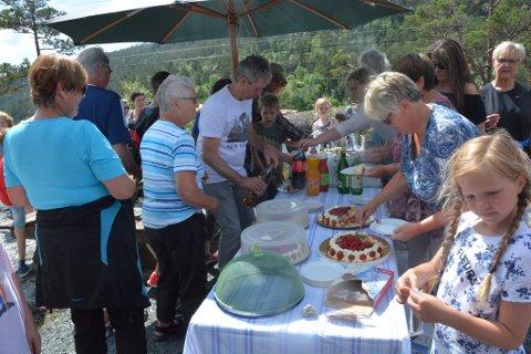 Folk forsynte seg av eit velfylt kakebord, før dei la ut på tur.