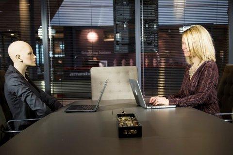 Siri Nilssen mener at vi må venne oss til at roboter kommer til å utføre en del av de vanlige oppgavene i et kontormiljø.