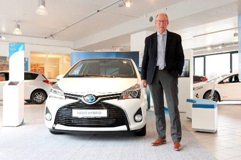 Rolf Johannessen er salgsdirektør ved Jæger Automobil i Bergen. Han må nå jobbe overtid for å få registrert alle bilene de har solgt de siste par dagene, da systemene har vært nede.