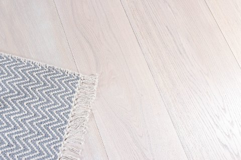Hvite og grå gulv blir stadig mer populære. Hvert år lanserer gulvprodusentene flere lyse, laserte parkettgulv og lamnater som gir samme preg.