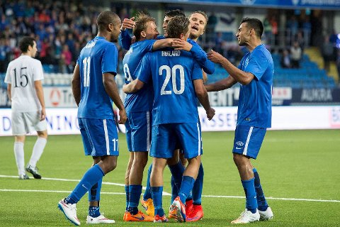 Molde-spillerne Ola Williams Kamara (t.v.), Mattias Moström, Tommy Høiland, Mohamed Elyounoussi, Daniel Berg Hestad og Etzaz Hussain (t.h.) feirer 5-0-seieren mot Pyunik Yerevan på Aker Stadion.