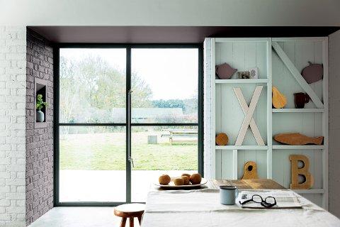 Har du store vinduer, tenk på hva som foregår utenfor. Grønt gress eller grønne trær vil kunne gi fargene inne et grønnskjær.