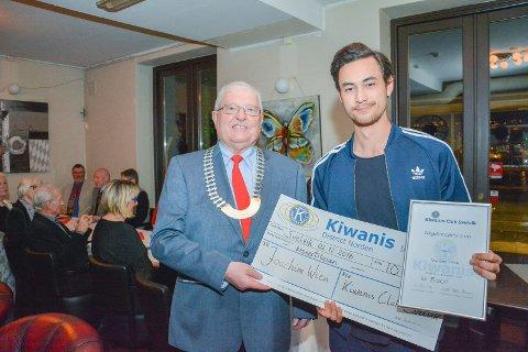 STØTTE: Joachim Wien fikk årets ungdomspris av Kiwanis Svelvik og president ødegården kunne også overrekke et ekstra reisestipend på 10 000 kroner til TaeKwondo utøveren.