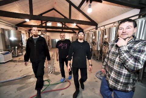 Skin i stål: - Klart vi er spente, seier Ola Gjeilo. Bak fr.v. bryggjar Jens Niemann, Olav og Håvard Grjotheim i den ombygde låven som nå er eit 160 kvadratmeter stort gardsbryggeri.