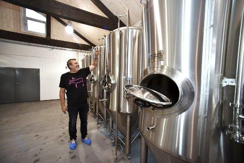 Kunamn: Olav Grjotheim skal feste skilt med gamle kunamn på kvar einaste tank i bryggeriet på garden.